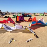 Blick auf Kitestation KiteVillage in Hamata bei Hochbetrieb im Winter